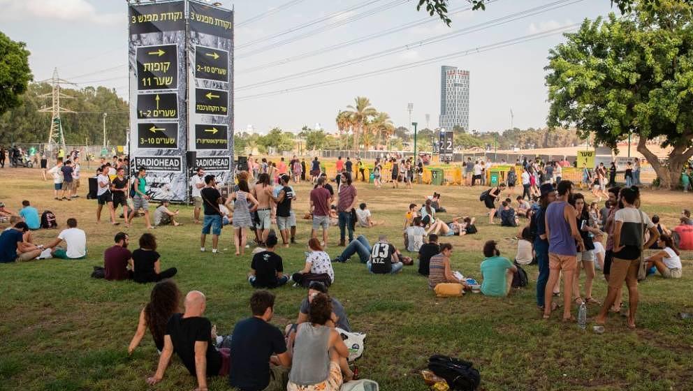 Ihr Warten hat sich gelohnt: Radiohead-Fans am frühen Abend im Hayarkon Park in Tel Aviv, kurz vor Radioheads umstrittenem Konzert