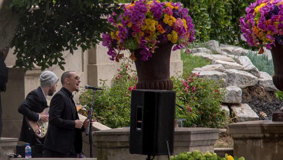 Chester Bennington und Brad Delson während der Beisetzung von Chris Cornells Asche