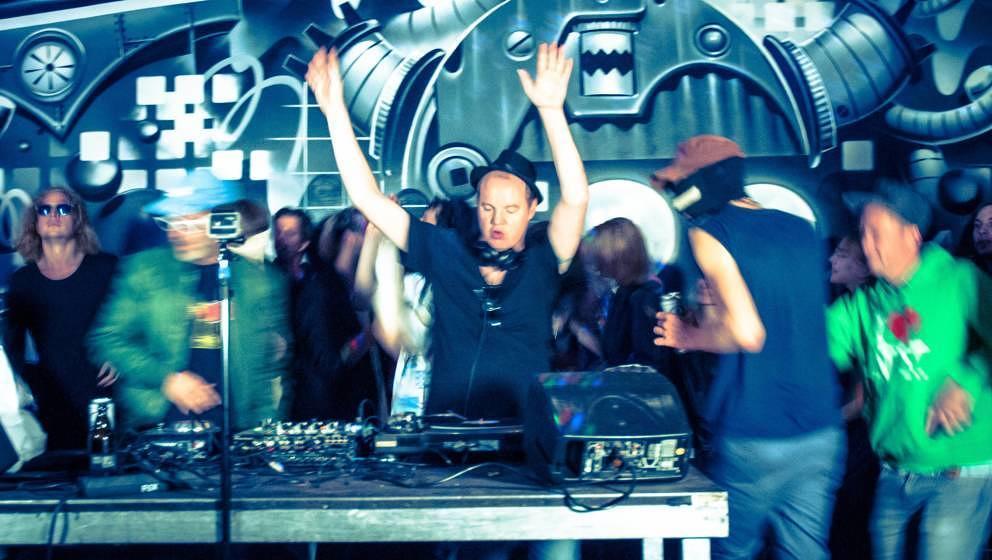 So sieht es aus, wenn Maurice & die Familie Summen am DJ-Pult stehen - Party!