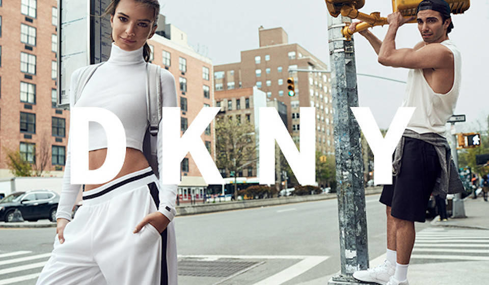 An Emily Ratajkowski sehen selbst die etwas einfallslosen DKNY-Teile gut aus.