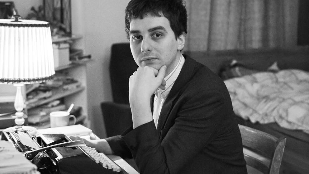 Tobias Bamborschke an seiner Schreibmaschine, im vorletzten nicht-durchdigitalisierten Arbeitszimmer der Stadt Berlin.
