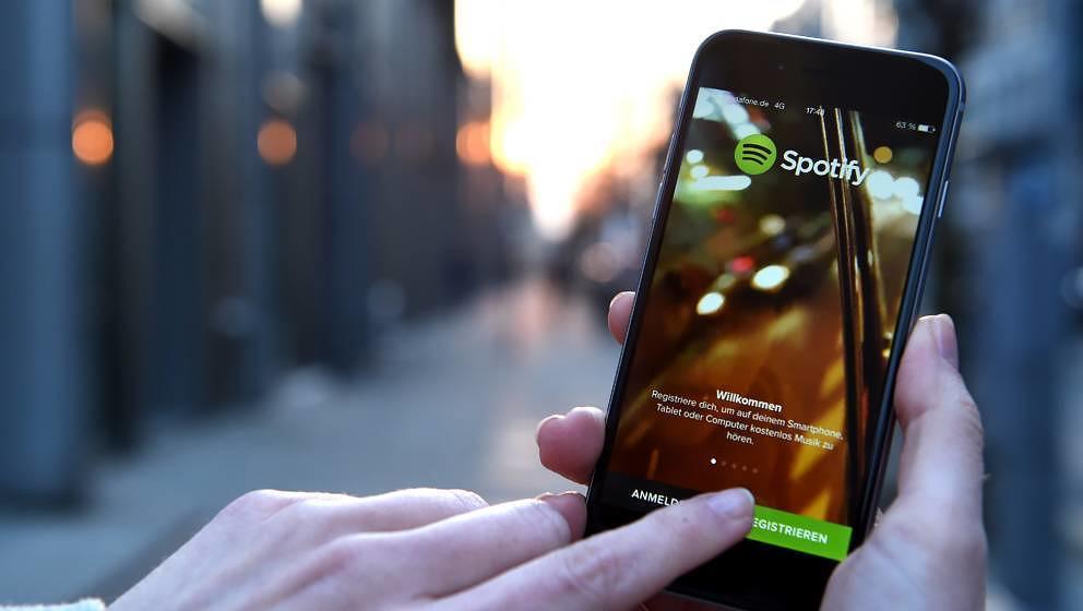 ARCHIV - ILLUSTRATION - Auf dem Display eines iphone 6 wird am 20.03.2015 die App von Spotify angezeigt. (zu dpa 'Spotify mel