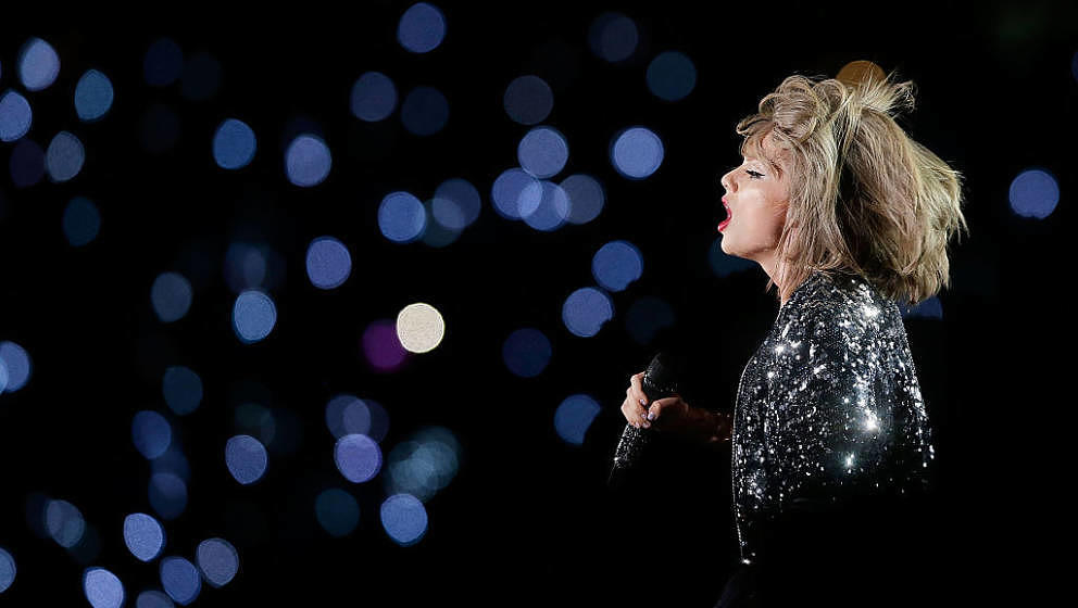 SYDNEY, AUSTRALIA - NOVEMBER 28:  Taylor Swift performs during her '1989' World Tour at ANZ Stadium on November 28, 2015 in S