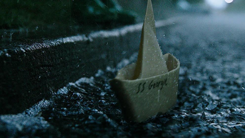 Ein Papierboot wird für einen kleinen Jungen zum Verhängnis