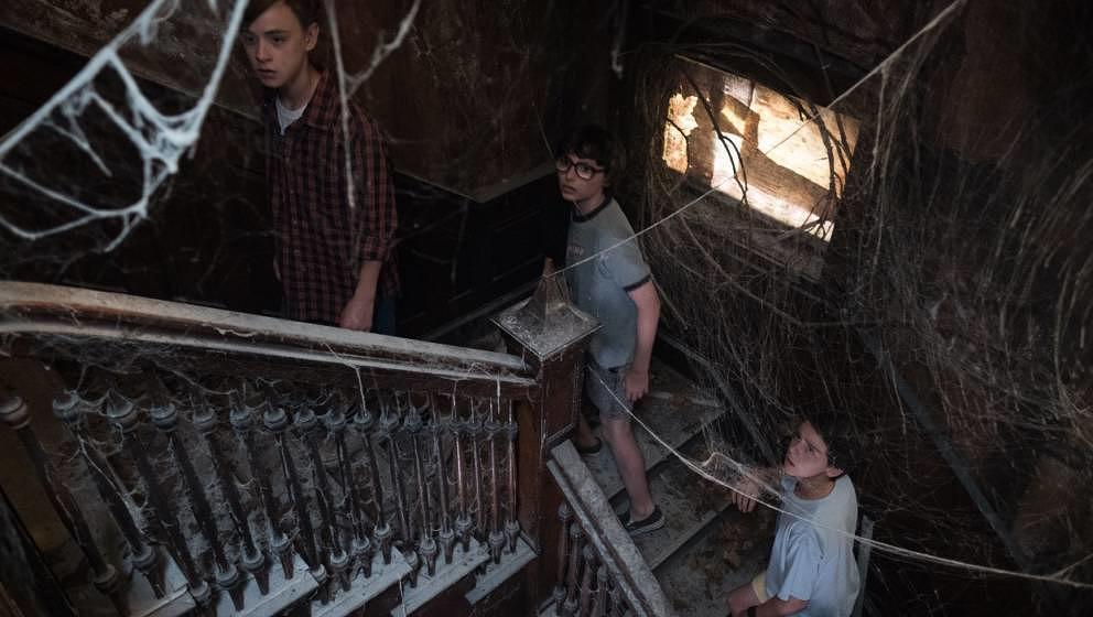 Die Kinder erkunden das Versteck des Monsters