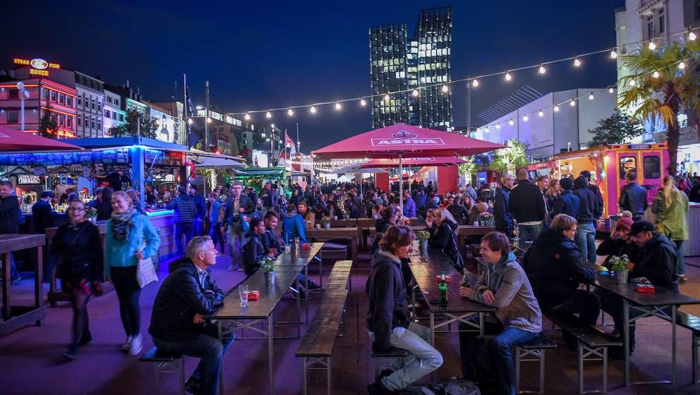 Besucher des Reeperbahn-Festivals sitzen am 20.09.2017 in Hamburg vor dem Theater 'Schmidtchen' auf dem Spielbudenplatz. Das