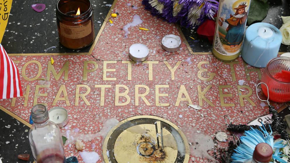 Nach Tom Pettys Tod haben Fans an dessen Stern auf dem Hollywood Walk Of Fame Kerzen angezündet und Blumen niedergelegt