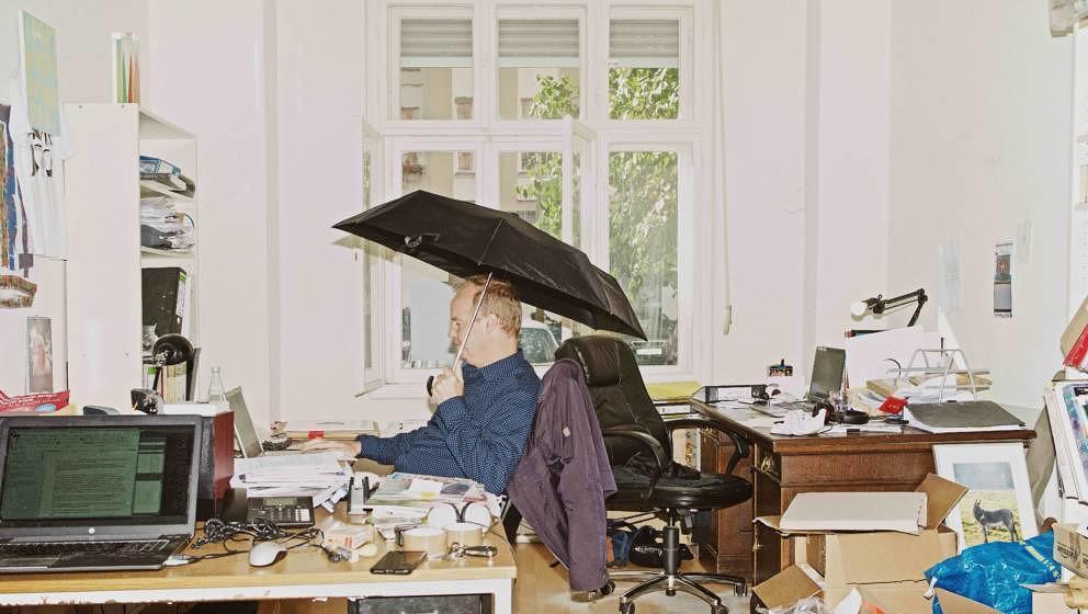 Ein Schirm für eine Familie: Maurice Summen in seiner Schaltzentrale
