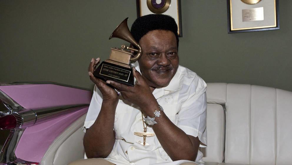 Fats Domino mit seinem Grammy Lifetime Achievement Award, den er 2009 überreicht bekam