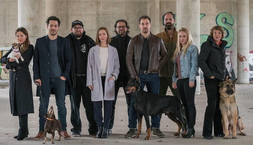 """Das Team von """"Dogs of Berlin"""". Mit süßen Hunden."""