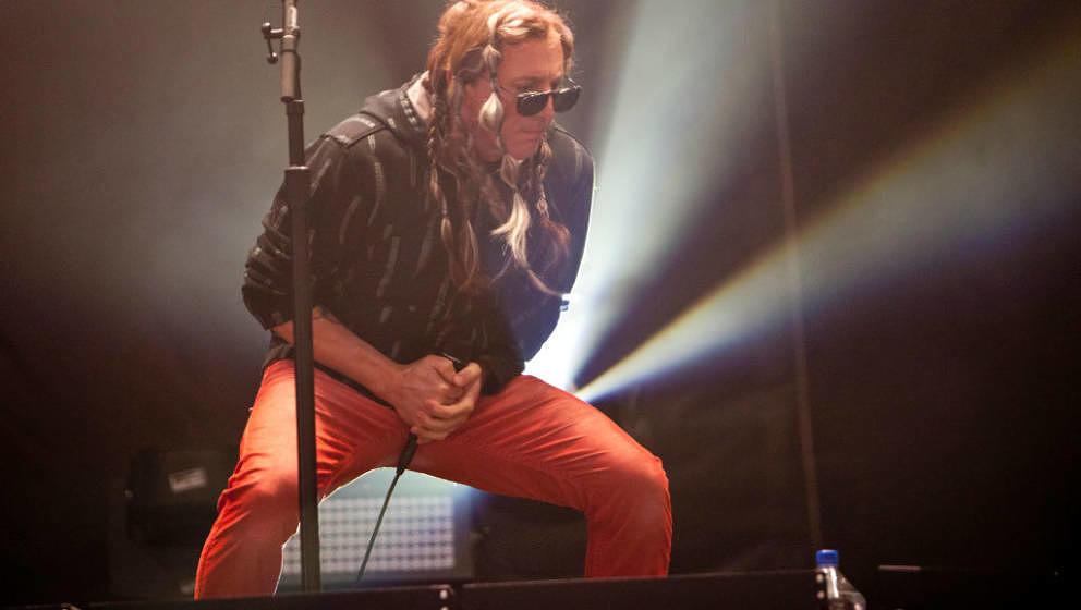 Trägt gerne Toupet: Maynard James Keenan, hier mit A Perfect Circle live am 5. Mai 2017 in Charlotte