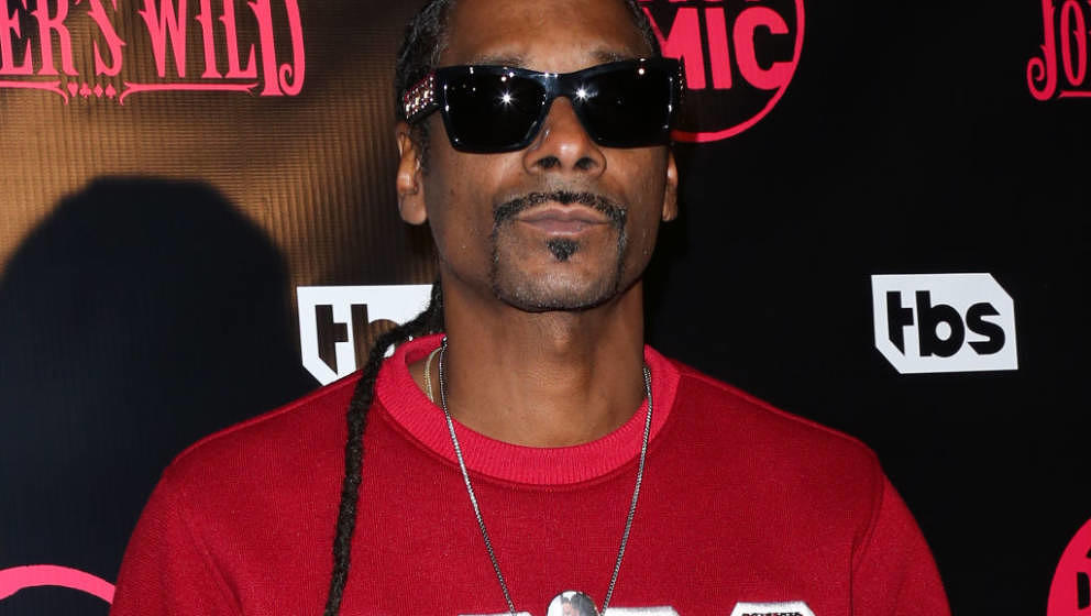 LOS ANGELES, CA - OCTOBER 11:  Rapper Snoop Dogg attends the premiere for TBS's 'Drop The Mic' and 'The Joker's Wild' at The