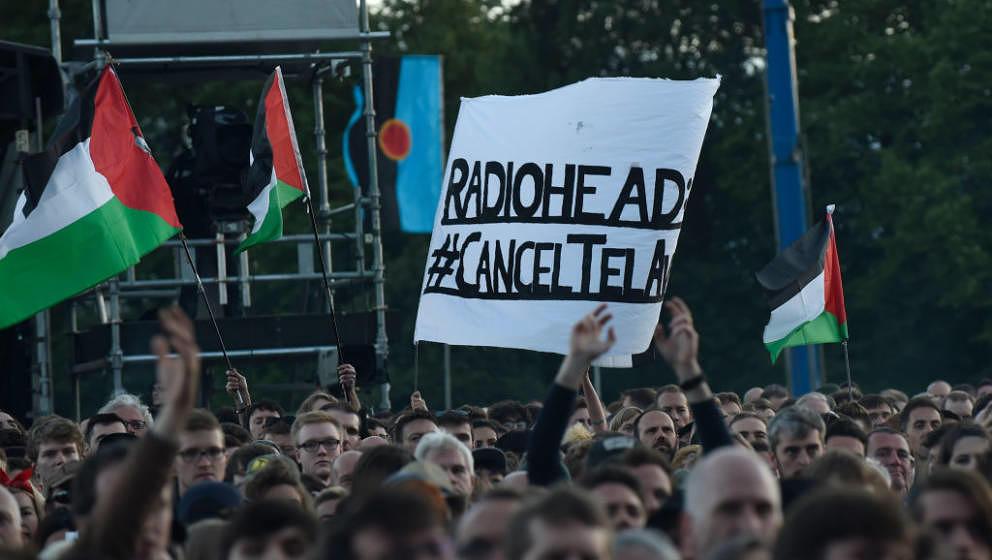 Auch ihre Fans waren zwiegespalten: Proteste gegen Radioheads damals geplantes Tel-Aviv-Konzert während einer Show von ihnen Anfang Juli in Glasgow