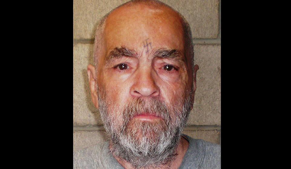 Charles Manson ist am 18.11. nach mehr als 40 Jahren im Gefängnis gestorben. Manson wurde 83 Jahre alt. Manson verbüßte ei