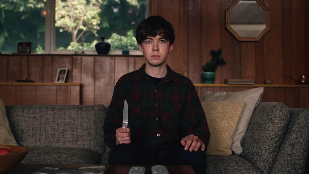 Alex Lawther als James