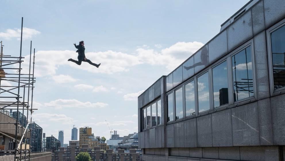 """Tom Cruise beim Sprung, der ihm eine Drehpause einbrachte. Die Szene wird in """"Mission: Impossible 6"""" zu sehen sein."""