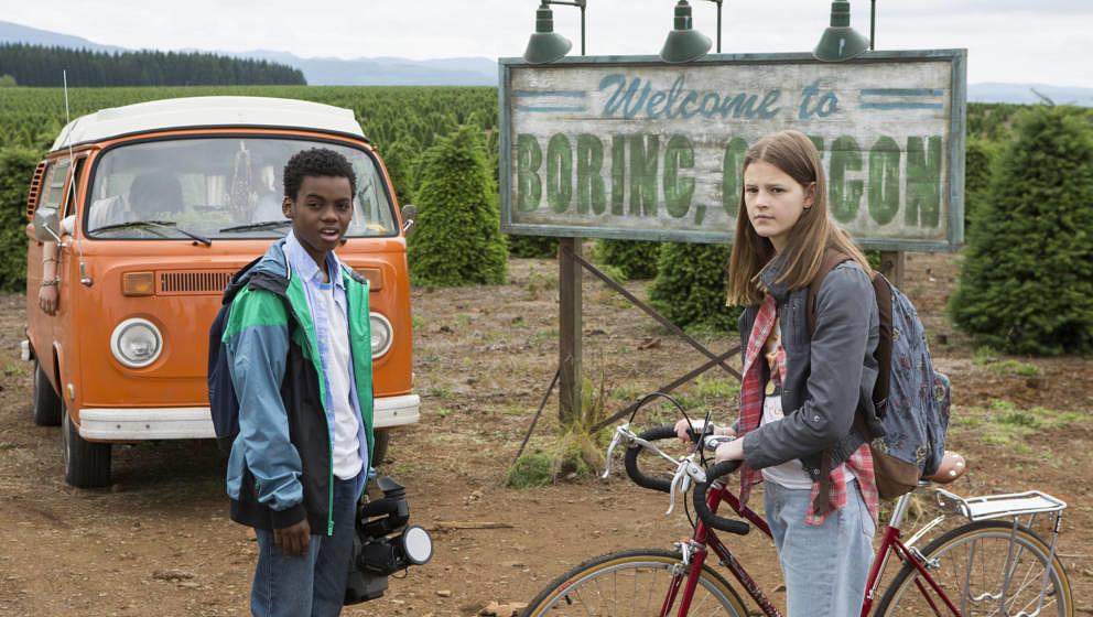 """Szene aus """"Everything Sucks!"""": Luke und Kate vor dem Ortsschild ihrer Heimat Boring, Oregon"""