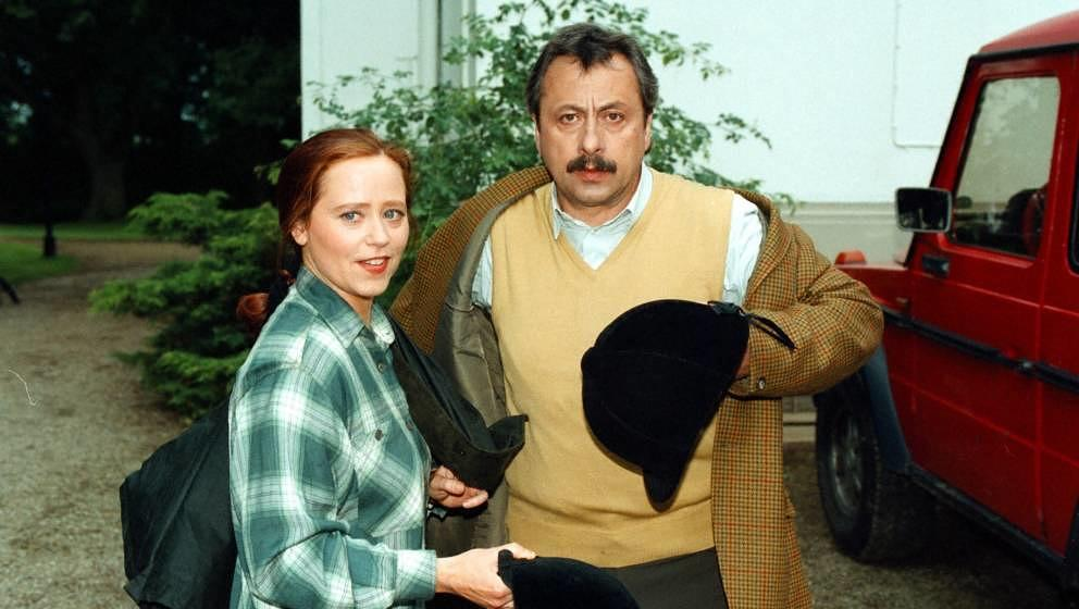 Marie Gruber, Wolfgang Stumph, ZDF-Serie;'Von Fall zu Fall', Auto, Reitkappe, (Photo by Peter Bischoff/Getty Images)