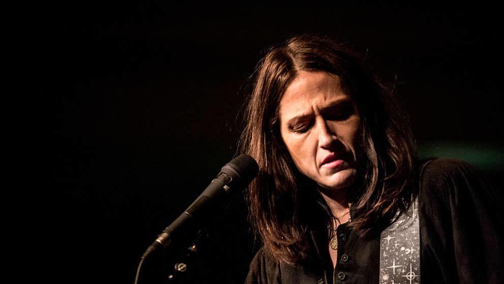 Ihre Musik sollten ruhig viel mehr Radiosender spielen: Joan Wasser, besser bekannt als Joan As Police Woman, hier 2014 live in Edingburgh