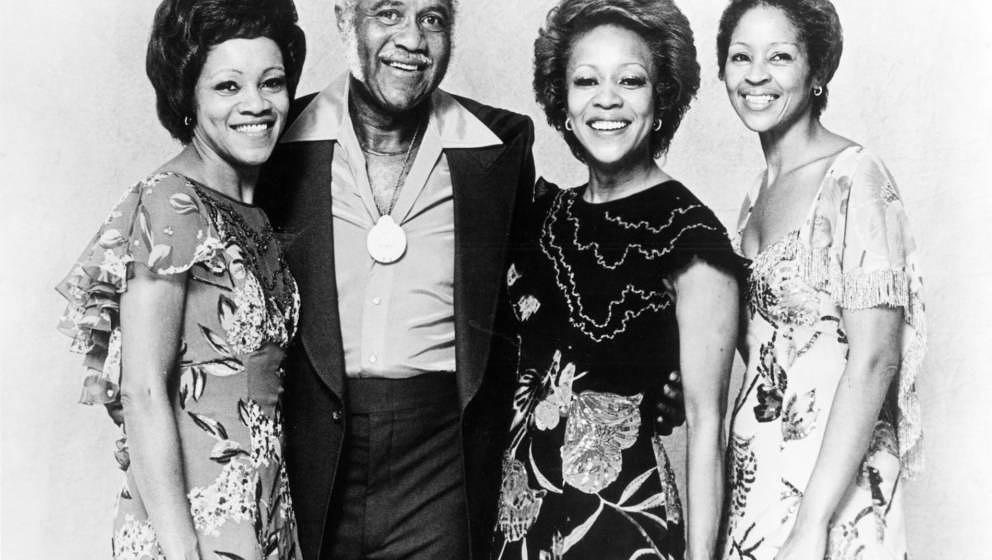 CIRCA 1977:  (L-R) Mavis Staples, Pops Staples, Cleotha Staples and Yvonne Staples of 'The Staple Singers' pose for a portrai
