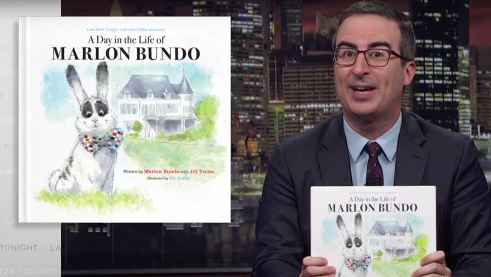 John Oliver präsentiert sein Kinderbuch.