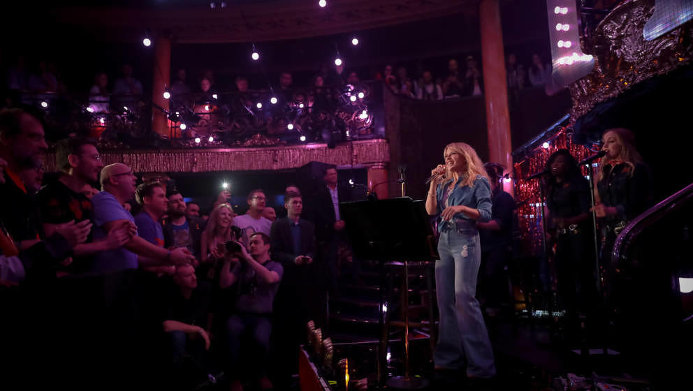 Kylie Minogue stellte mit Band ihr neues Album GOLDEN vor. Diese Fotos hier sind aus Paris, weil im Berghain bekanntlich Foto
