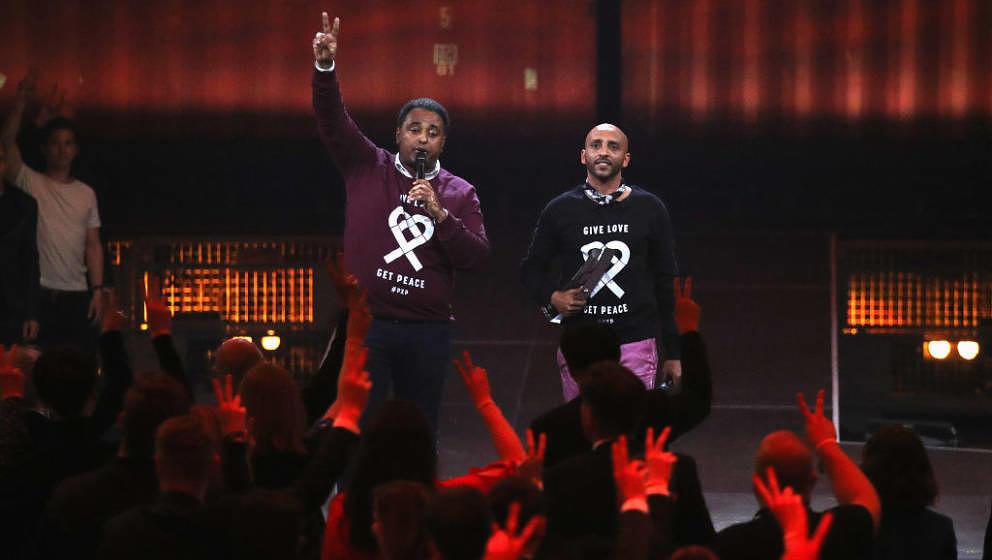 """Einer der seltenen Momente, in denen es beim ECHO um Inhalte ging: Fetsum Sebhat (L) und Tedros Tewelde vom """"Peace X Peace""""-Festival nehmen ihren ECHO 2018 für ihr """"soziales Engagement"""" an"""