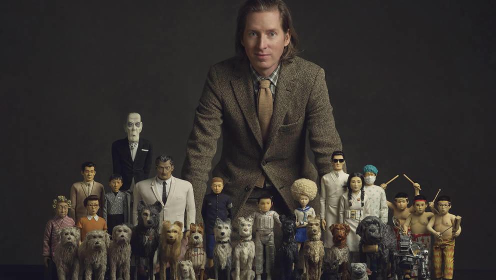 """Wes Anderson mit den Puppen aus seinem aktuellen Film """"Isle of Dogs""""."""