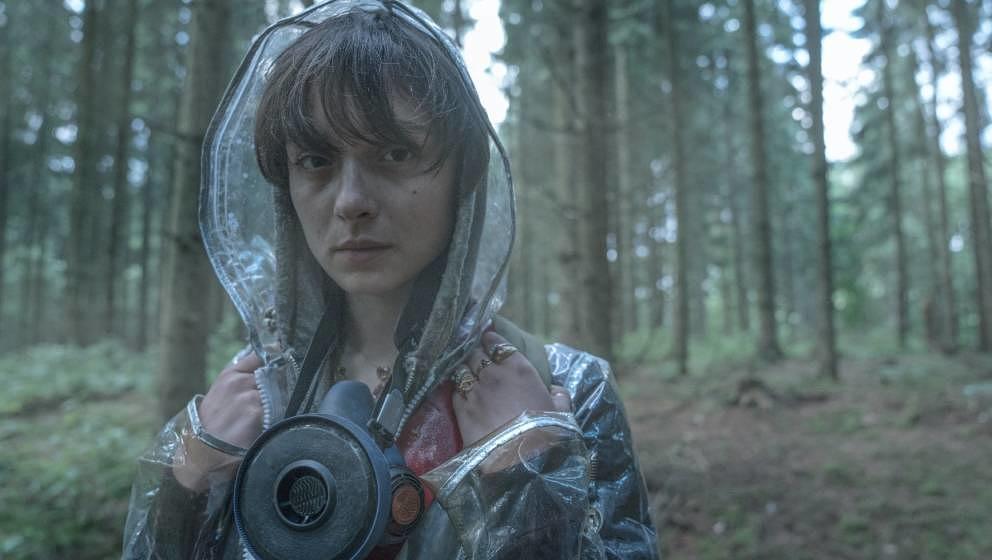 "Regenmäntel werden zum Schutzschild: Szene aus ""The Rain""."