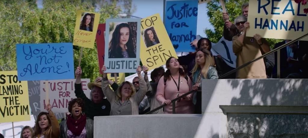 """Szene aus dem neuen Trailer zu """"Tote Mädchen lügen nicht"""", Staffel 2: Demonstrantinnen fordern Gerechtigkeit für Hannah"""