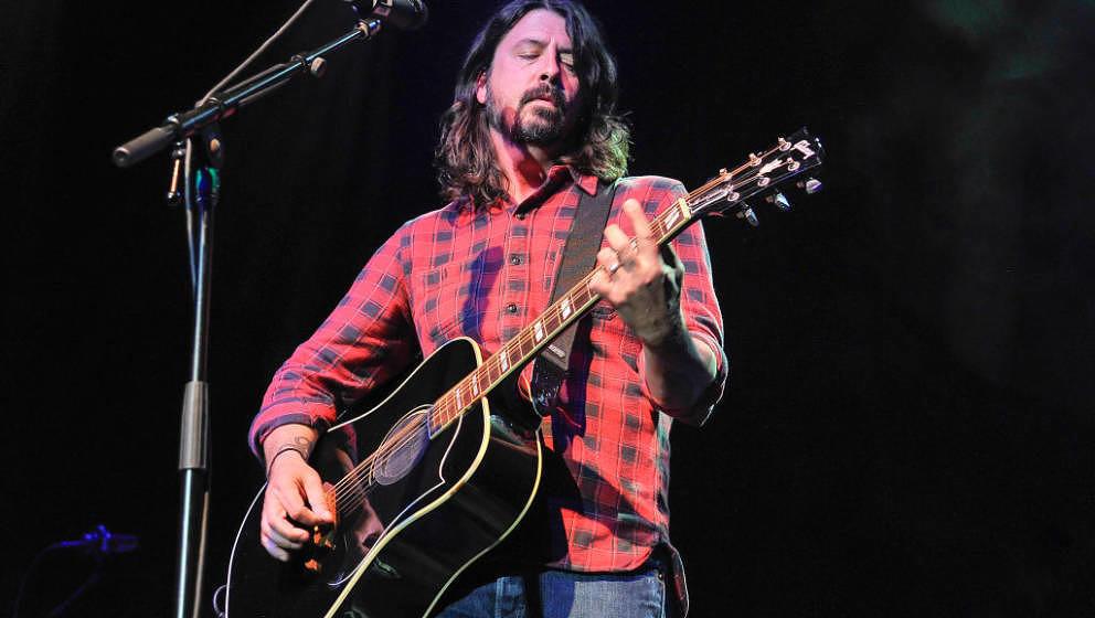 Dave Grohl mit Akustikgitarre – hier im Mai 2017 bei einem anderen Charity-Event in San Francisco