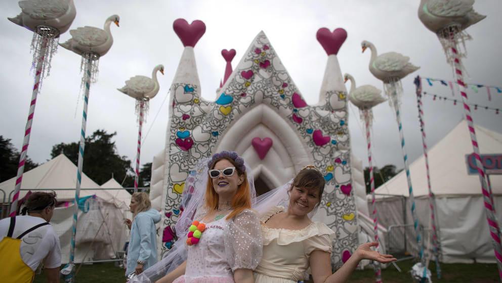 Hochzeitspaar auf dem Bestival in Großbritannien