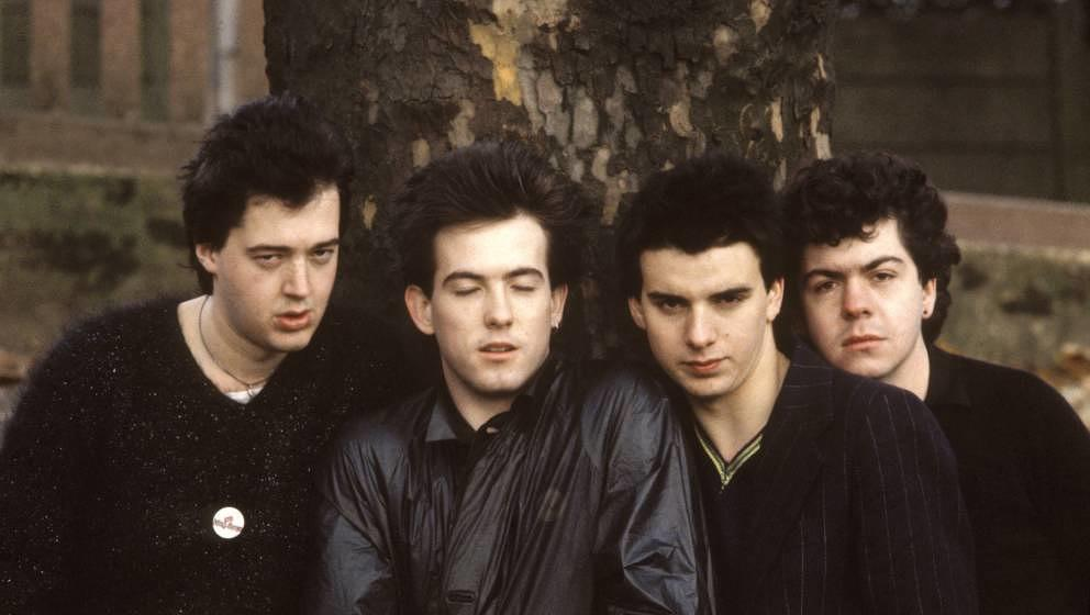 UNITED KINGDOM - NOVEMBER 11:  Photo of CURE and Simon GALLUP and Robert SMITH and Matthieu HARTLEY and Lol TOLHURST; L-R: Ma