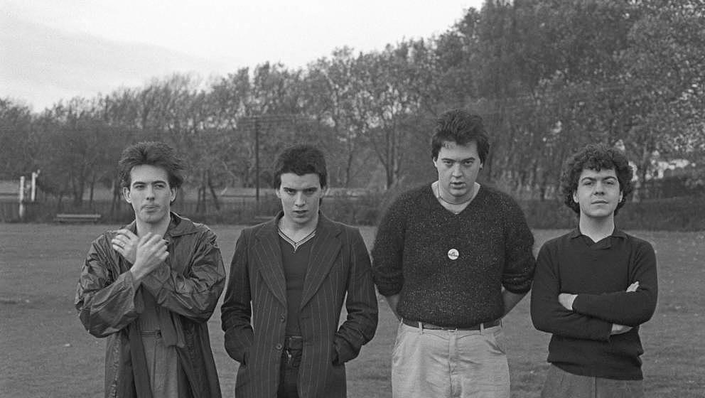 UNITED KINGDOM - NOVEMBER 10:  Photo of CURE and Lol TOLHURST and Robert SMITH and Simon GALLUP and Matthieu HARTLEY; L-R: Ro