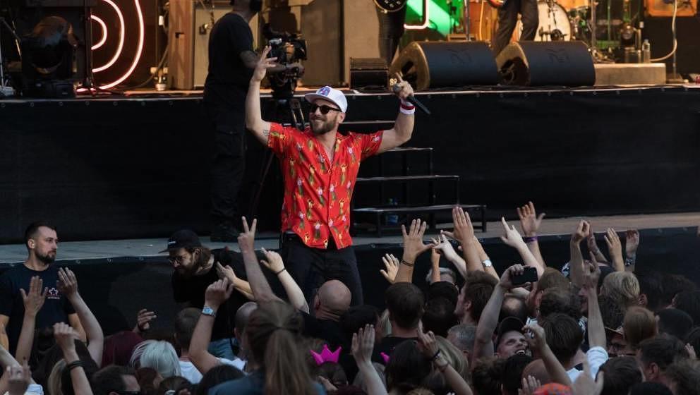 Die Fans fressen ihnen aus der Hand, Sänger Arnim Teutoburg-Weiß weiß das: Die Beatsteaks live in der Berliner Waldbühne am 9. Juni 2018
