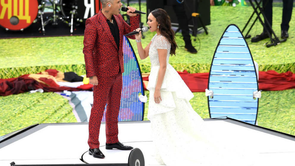 MOSCOW, RUSSIA - JUNE 14:  Robbie Williams and Aida Garifullina perform during the opening ceremony prior to the 2018 FIFA Wo