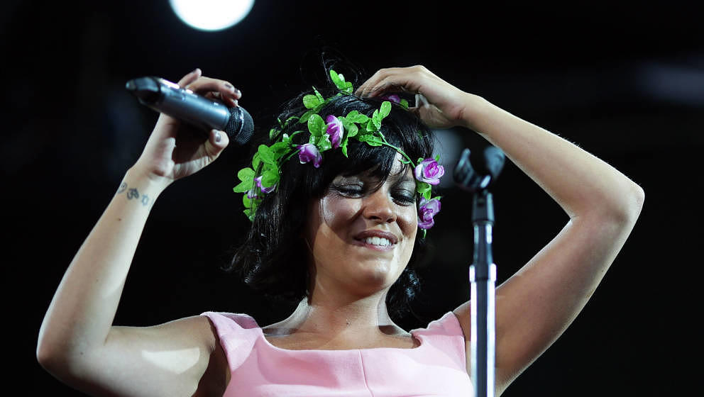 AUCKLAND, NEW ZEALAND - JANUARY 15:  Lily Allen performs on stage during the 2010 Big Day Out Auckland at Mt Smart Stadium on