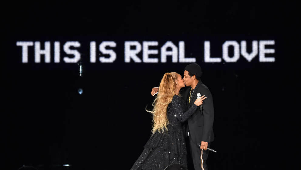 GLASGOW, SCOTLAND - JUNE 09:  Beyonce and Jay-Z kiss ending their performance on stage during the 'On the Run II' Tour at Ham