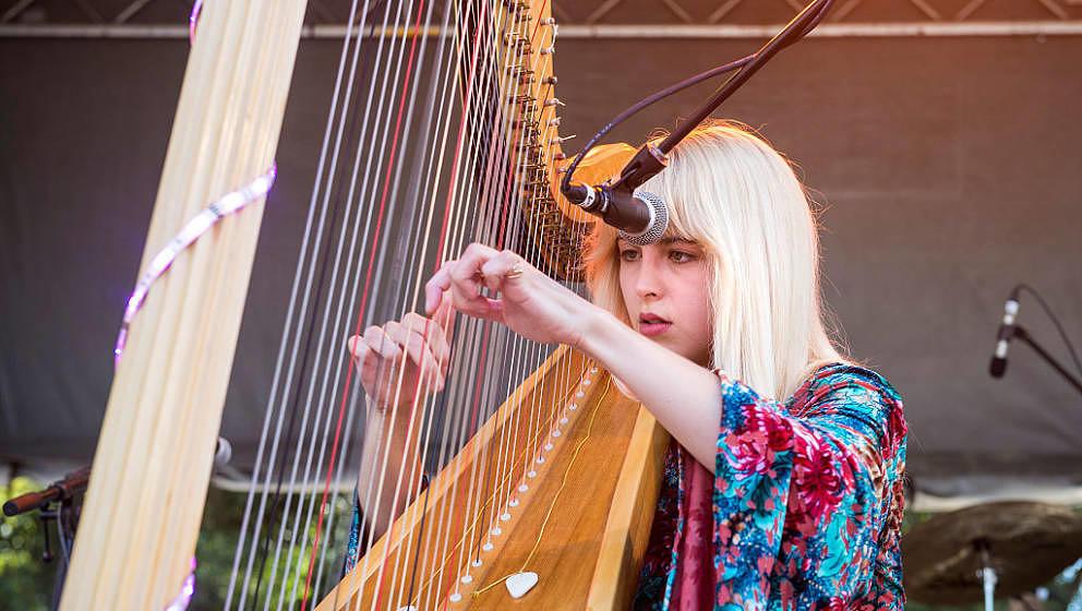 Mikaela Davis, hier live im Oktober 2015 in Austin, Texas.