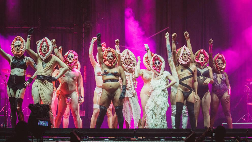 Die Berliner Dragqueen Pansy feierte beim MELT 2018 mit ihrer Entourage das weibliche Geschlecht