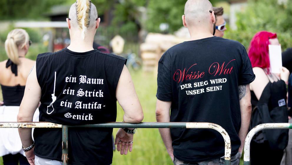 08.06.2018, Thüringen, Themar: Auf den T-Shirts von zwei Teilnehmern des Festivals ?Tage der nationalen Bewegung? in Themar