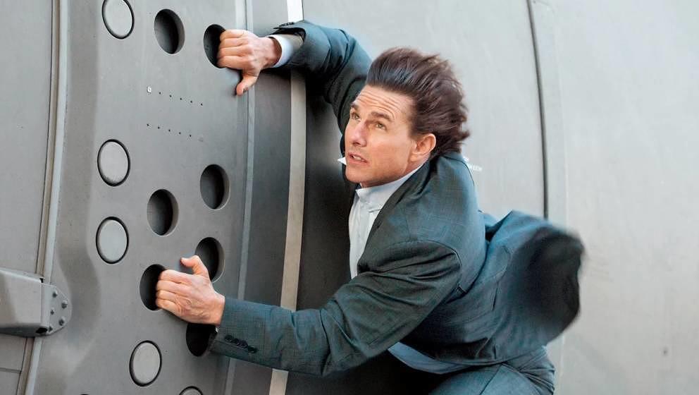 Tom Cruise hing sich für die Reihe an ein Flugzeug.