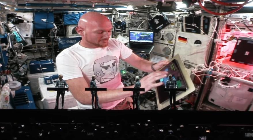 """Kraftwerks Ehrenmitglied für 12 Minuten: ISS-Astronaut Alexander Gerst spielte live mit Kraftwerk """"Spacelab"""", während er im Weltall schwebte"""