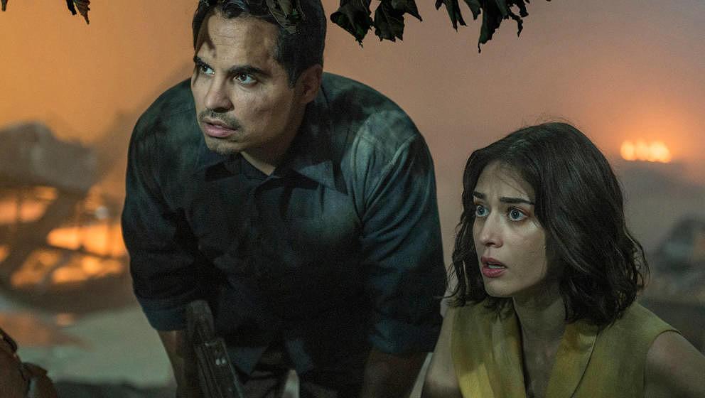 Michael Peña und Lizzy Caplan