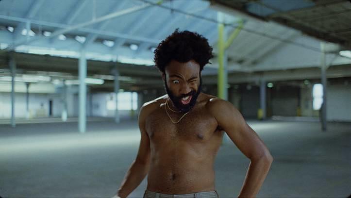"""Der große Gesellschaftskritiker: Das bildgewaltigste Video des Jahres: In """"This Is America"""" inszeniert Donald Glover Amerika als zwischen Waffengewalt, Rassismus und Konsumsucht krank gewordenes Land."""