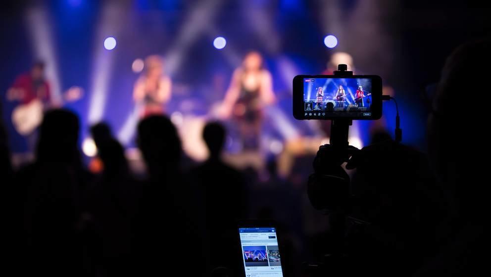 Auch wenn es auf Konzerten nervt: die Entwicklung des Smartphones war gut für die Musikindustrie