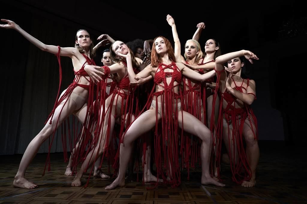 """Dakota Johnson und ihr Ensemble in """"Suspiria""""."""