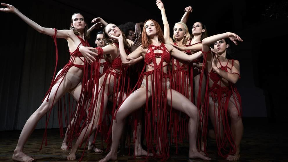 "Dakota Johnson und ihr Ensemble in ""Suspiria""."