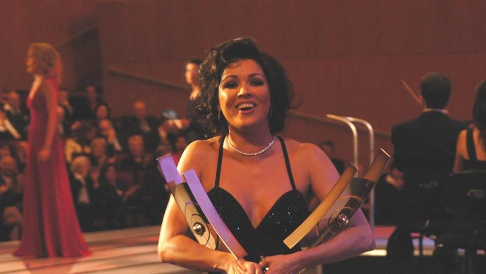 Opernsängerin Anna Netrebko mit ihren Preisen beim ECHO Klassik 2005