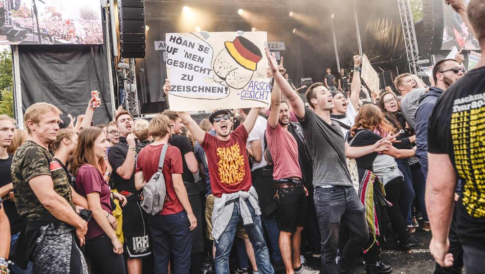 """Besucher beim """"Wir sind mehr""""-Konzert in Chemnitz."""
